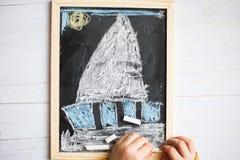 Teckning för barn` s på kritisera arkivbild