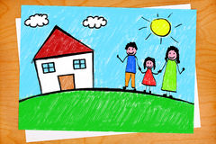 Teckning för familjhusfrihandsbarn på skrivbordet Arkivbilder
