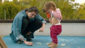 Teckning för ung kvinna med chalks lager videofilmer