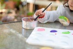 Teckning f?r litet barn p? stendet fria i sommar Sunny Day arkivfoton