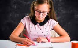 Teckning f?r ton?rs- flicka med f?rgrika blyertspennor arkivfoton
