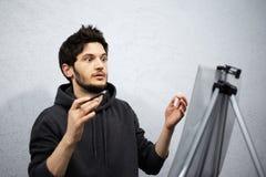 Teckning f?r ung man med blyertspennan i hans h?nder royaltyfri foto