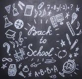 Teckningar den svart tavlan på det nya studieåret, nedgång, skolatillförsel arkivfoton
