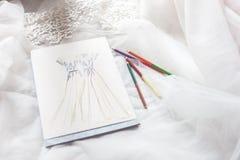 Teckningen av brud- kappor i en formgivare shoppar arkivfoton