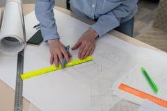 Teckningen av den nya designen, händer med en blyertspenna och en linjal Royaltyfri Bild