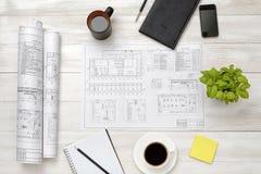 Teckningen skissar, förstoringsapparaten, kopp kaffe, och houseplanten är på träyttersida Royaltyfri Fotografi