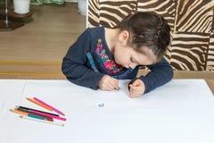 teckningen tecknar flickablyertspennavattenfärg royaltyfri foto
