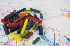 teckningsbarnbarn som färgar färgrikt färgpennamålarfärgbegrepp Arkivfoto