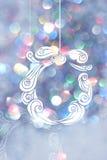 Teckningsgirland med blåa bokehbakgrunder för juldag Royaltyfri Bild