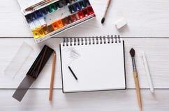 Teckningshjälpmedel som är stationära, arbetsplats av konstnären Royaltyfria Foton