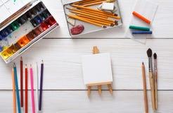 Teckningshjälpmedel som är stationära, arbetsplats av konstnären Arkivbild