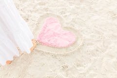 Teckningshjärta på sanden Fotografering för Bildbyråer