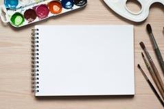 Teckningshjälpmedel på ett skrivbord Royaltyfri Foto