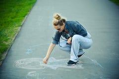 Teckningskrita på asfalt Arkivfoto