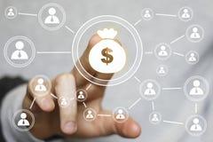 Tecla do homem de negócios com sinal em linha da moeda do dólar Foto de Stock