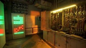 A tecla eletrônica para eletricistas os botões é colorida Planta metalúrgica vídeos de arquivo