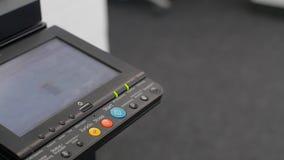 Tecla 'Iniciar Cópias' da pressão de mão na máquina da cópia video estoque