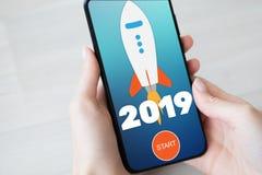 tecla 'Iniciar Cópias' de Rocket de 2019 anos na tela do telefone celular Conceito do negócio fotografia de stock