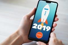tecla 'Iniciar Cópias' de Rocket de 2019 anos na tela do telefone celular Conceito do negócio fotografia de stock royalty free