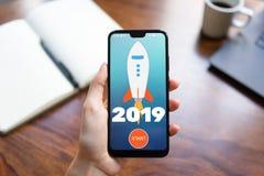 tecla 'Iniciar C?pias' de Rocket de 2019 anos na tela do telefone celular Conceito do neg?cio imagem de stock royalty free