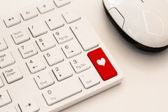 Teclado blanco con la muestra del corazón Concepto de la dataci?n de Internet imagen de archivo
