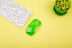 Teclado branco magro sem fio e rato verde no backgroun amarelo fotos de stock royalty free