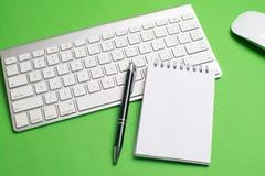 Teclado com bloco de notas, rato, a pena preta e o caderno fotografia de stock