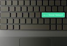 Teclado com a tecla social verde da rede Imagens de Stock Royalty Free