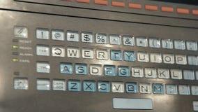 Teclado con llaves transparentes Primer del teclado con las letras inglesas almacen de video