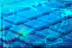 Teclado con los iconos de la tecnología de la nube que brillan intensamente Imagen de archivo