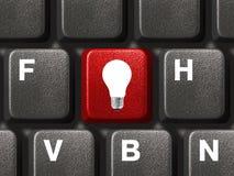 Teclado de computador com chave da lâmpada Imagem de Stock