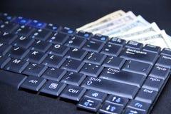 Teclado de computador com dólares e cartão imagens de stock royalty free