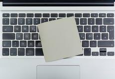 Teclado de computador com papel de nota vazio fotos de stock royalty free