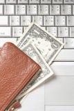 teclado de computador das contas de dinheiro do saco fotografia de stock