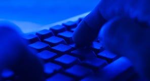 Teclado de computador do PC Datilografia do homem do POV Fotografia de Stock Royalty Free