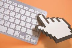 Teclado de computador no fundo alaranjado sinais do computador rendição 3d ilustração 3D Fotografia de Stock Royalty Free