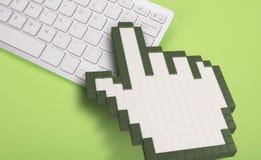 Teclado de computador no fundo verde sinais do computador rendição 3d ilustração 3D Imagem de Stock