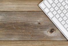 Teclado de computador parcial em placas de madeira rústicas Fotografia de Stock Royalty Free