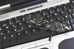 Teclado de la computadora portátil con los vidrios Imagen de archivo libre de regalías