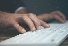 Teclado de la mano del hombre imagen de archivo libre de regalías