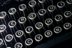 Teclado de máquina de escrever preto empoeirado velho Imagens de Stock Royalty Free