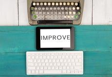 teclado de máquina de escribir viejo y teclado de ordenador y PC modernos de la tableta con palabra y x22; IMPROVE& x22; imágenes de archivo libres de regalías