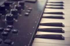 Teclado de Midi del piano o del electone, llave blanca y negra del sintetizador musical electrónico Efecto del vintage, filtro de Imagen de archivo libre de regalías