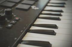 Teclado de Midi del piano o del electone, llave blanca y negra del sintetizador musical electrónico Efecto del vintage, filtro de Foto de archivo