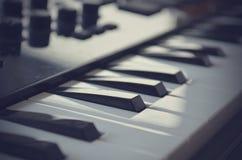 Teclado de midi do piano ou do electone, chave branca e preta do sintetizador musical eletrônico Efeito do vintage, filtro do ins Fotografia de Stock