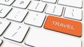 Teclado de ordenador blanco y llave anaranjada del viaje Representación conceptual 3d Foto de archivo libre de regalías