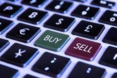 Teclado de ordenador comercial del mercado de la compra de la venta con monedas de las divisas Foto de archivo