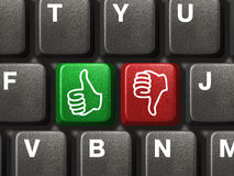 Teclado de ordenador con dos manos que gesticulan Imagen de archivo libre de regalías
