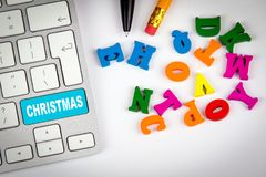 Teclado de ordenador con la Navidad de la palabra compras del día de fiesta y fondo del entretenimiento Imágenes de archivo libres de regalías
