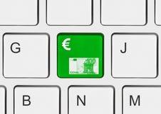Teclado de ordenador con llave del dinero Fotos de archivo libres de regalías